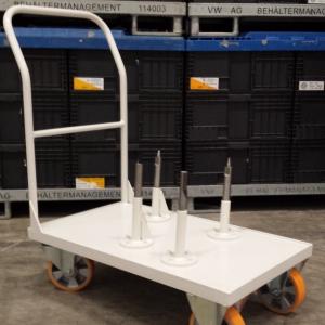 Wózek do transportu silników wraz z polem odkładczym.